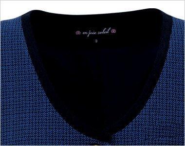襟元を引き締める黒パイピング