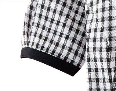 黒い袖口テープで絞ってあるため腕を上げても脇から下着が見えにくい