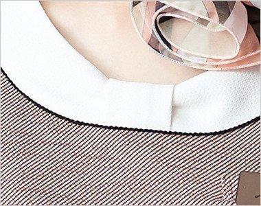 首回りのかわいいリボン風デザインの襟元。