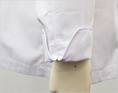 袖を折り返して上品な雰囲気を演出