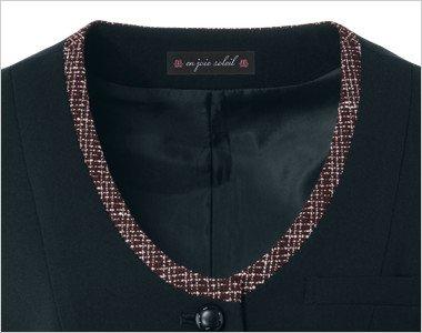 襟元に柄を効かせた配色は見た目も引き締まった安心感を与えます。