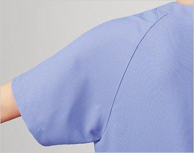 スプリットラグランスリーブは襟ぐりから袖下に切替をいれることで、肩や腕が動かしやすい仕様