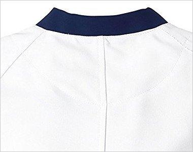 襟元の後ろ部分も配色デザイン