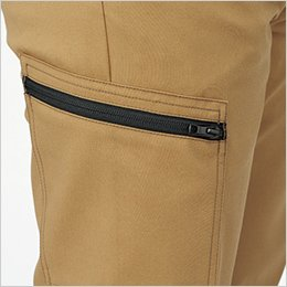 右カーゴポケットは、物の落下をしっかり防ぐファスナー付き