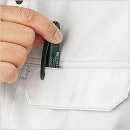 左胸ポケットはペンホール付きフラップを使用