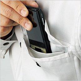 スマートフォンなどを収納しやすい二重構造