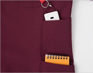 シャープで機能的な両脇二段ポケット