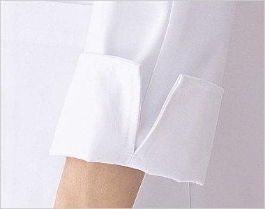 袖口にスリットが入っているので折り返して着ることもでき、便利です。