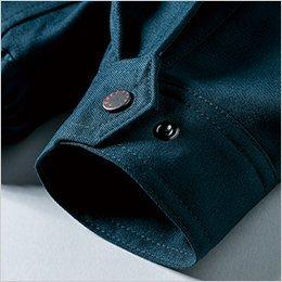 袖口に金属製のドットボタン