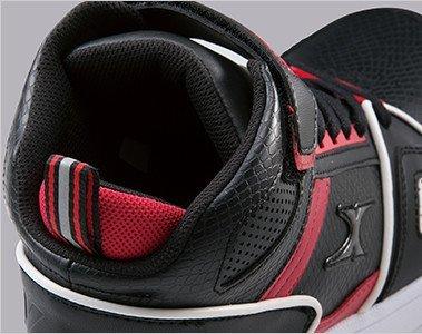 履き口のかかと部をU字型にカッティングして脱ぎ履きしやすくなっています。