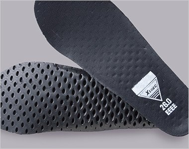穴あきEVAにメッシュ素材を貼り合わせたインソールでムレを防ぎ快適な履き心地に。